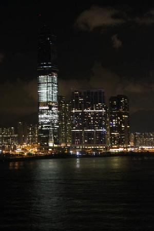 โรงแรมโฟร์ ซีซั่น: Harbour view at night from my room