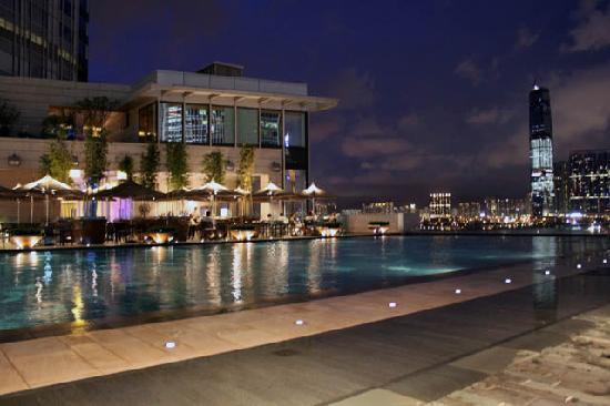 โรงแรมโฟร์ ซีซั่น: Pool at twilight