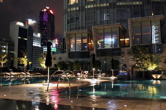 โรงแรมโฟร์ ซีซั่น: Pool at dusk