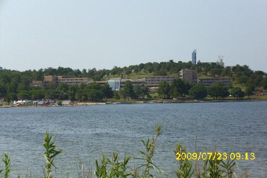 هوتل لاجونا مولينداريو: Hotel from across the water