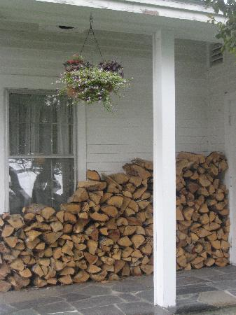 Inn at Pleasant Lake: Wood for Fireplace