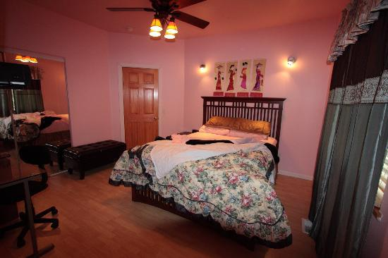 Moose Den Bed & Breakfast: Nugget room