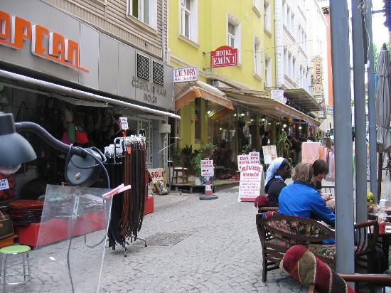 Vor dem Emin Hotel