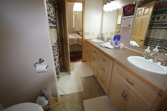 Glacier Creek Lodge: View of bathroom