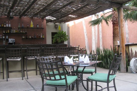 Voila Bistro : Outdoor Dining at Voila