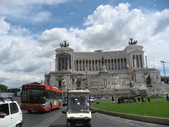 Angel Tours Rome: Victoria Emmanuel II Monument with Angel Tours golf cart