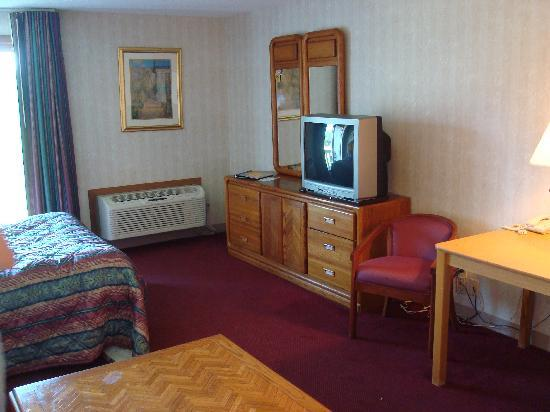 Hampton Falls Inn: tv, bed, etc