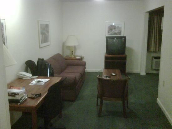 Extended Stay America - Atlanta - Peachtree Corners: Living room area with workstation