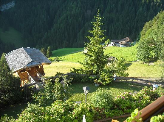 Hotel Uhrerhof-Deur: Looking over the balcony down the hill