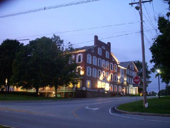 Middlebury Inn: Photo of Front of Inn