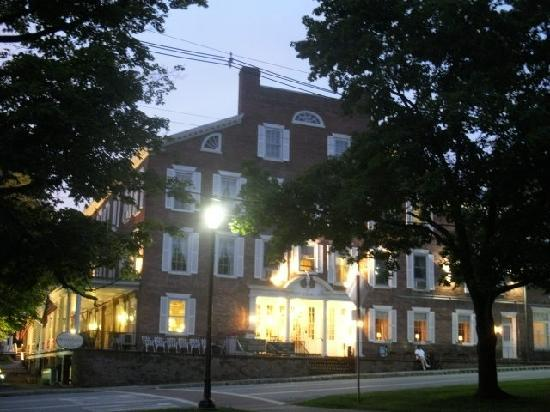 Middlebury Inn: Photo of Main Entrance to Inn