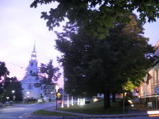 ميدلباري إن: Photo of Inn with Meeting House in Background