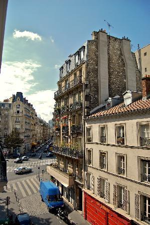 Hôtel des Académies et des Arts: Looking outside our window towards Blvd du Montparnasse