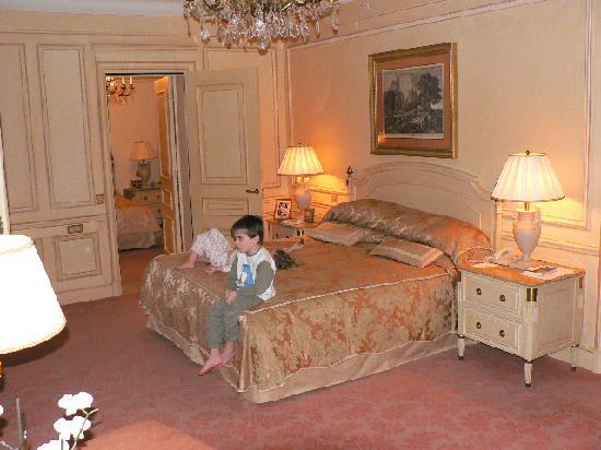 Four Seasons Hotel George V Paris: Kids relaxing in our suite