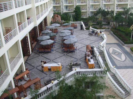 Tianfuyuan Resort: outdoor eating area/bbq/where the singers were most nights