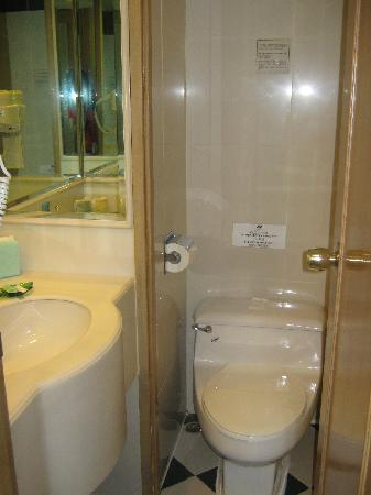 Newton Hotel Kowloon: tiny bathroom