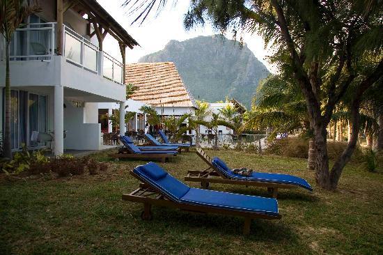 Mornea Hotel : Exterior de la habitación, al fondo piscina del Hotel y el Le Morne