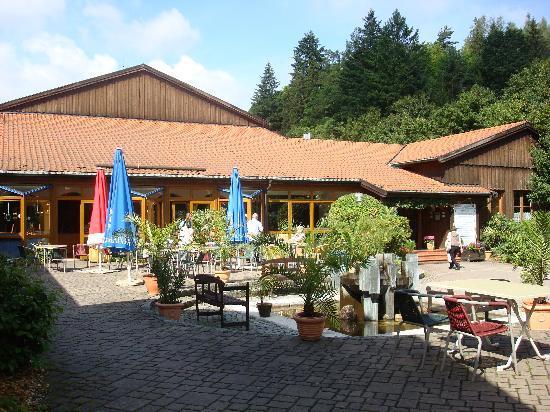 Aparthotel Frankenwald: Courtyard and entrance