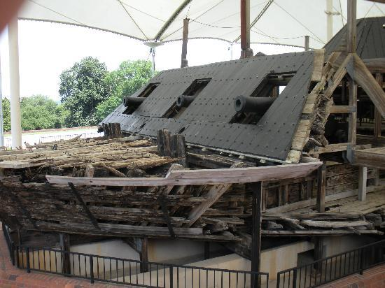 U.S.S. Cairo Museum: Cannon
