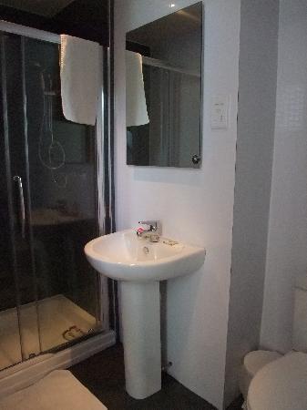 ثرامز هوتل: Bathroom was a bit small but quite functional