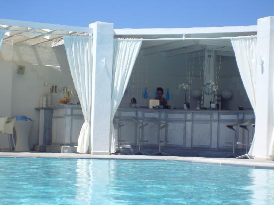 Geranium Residence: pool and bar