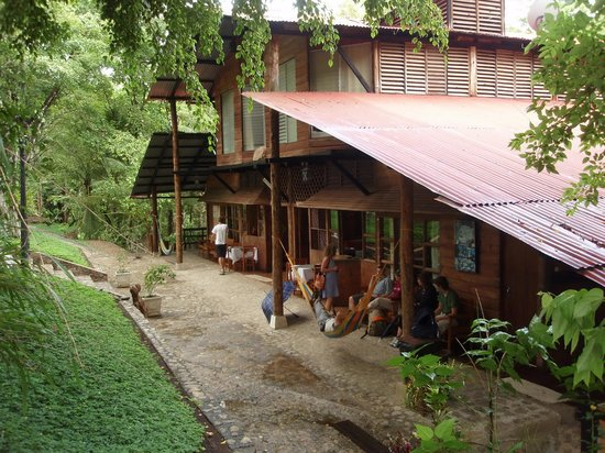 Hotel El Recreo Lanquin Champey: The front of the hotel