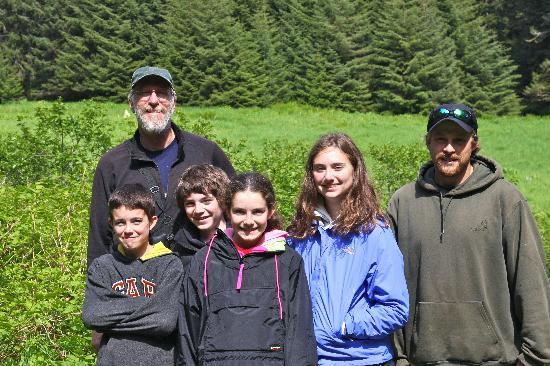 Afognak Wilderness Lodge: Kids on bear hike with Ward and Josh