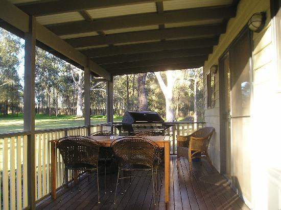 Olive Grove Cottages: deck with barbeque
