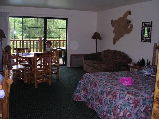 Meadowbrook Resort: Clean room, solid table, beautiful balcony