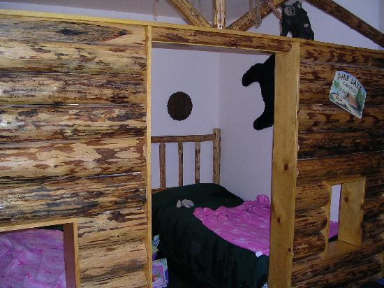 Meadowbrook Resort: Bunk house rooms (2 twin-beds)