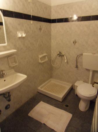 Villa Nikos Kamari: Bathroom