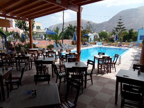 Villa Nikos Kamari: Poolbar at neighbour Dimitris
