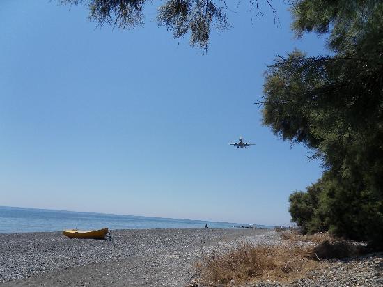 Villa Nikos Kamari: Flight over the beach