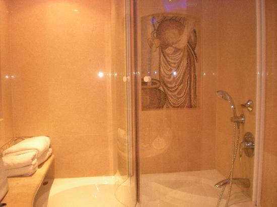 Atlantica Aeneas Hotel : The bathroom
