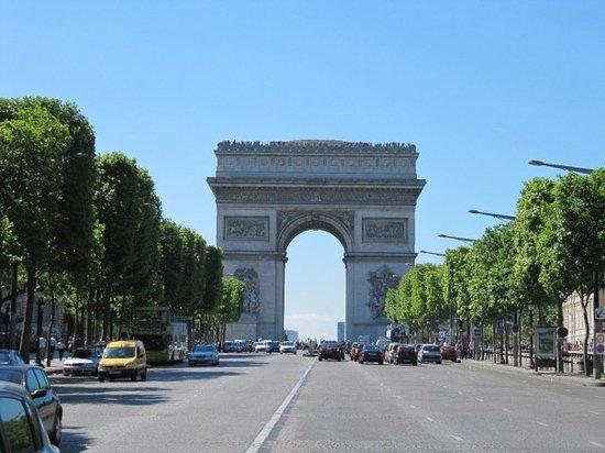 Champs-Élysées : Subiendo por les Champs Elysées se ve el Majestuoso Arco del Triunfo
