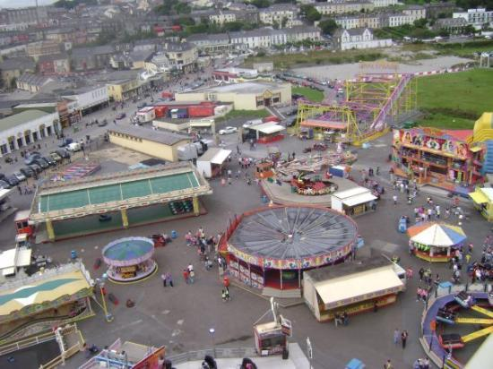 Tramore, Irlanda: View of the carnival from the ferris wheel.