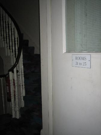 Acacia Hostel: Escaleras