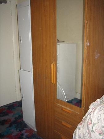 Acacia Hostel: armario