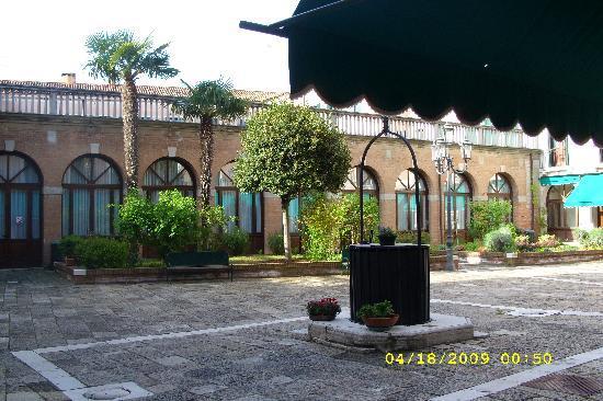 Istituto Canossiano: Courtyard