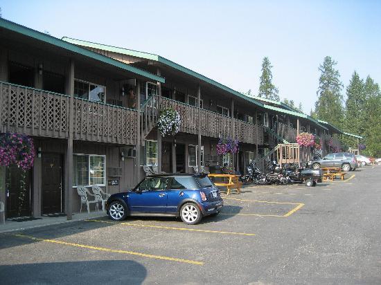 Chalet Motel: exterior shot