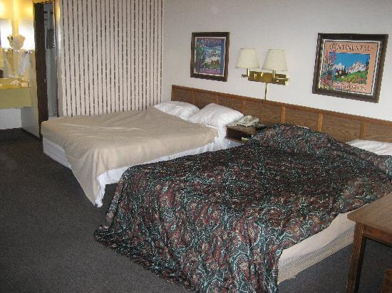 Chalet Motel: 2 queen beds