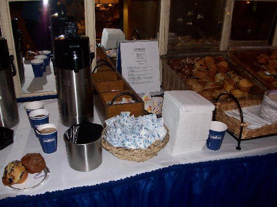 Wolcott Hotel: Breakfast in the lobby