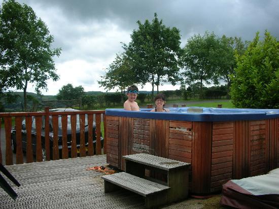 Belan Bach Lodges: hot tub