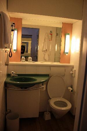 Ibis Regensburg City: bathroom