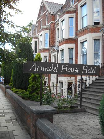 Arundel House Hotel: The front of the hotel
