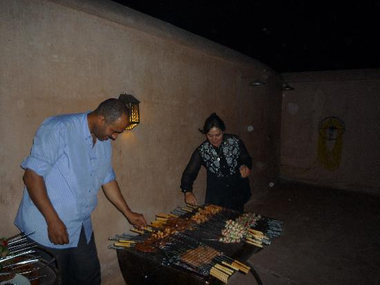 Riad Laaroussa Hotel and Spa: brochettes party sur la terrasse