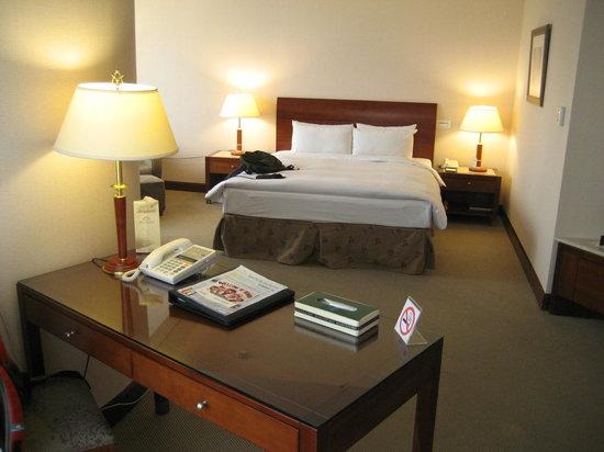 Monarch Plaza Hotel: Big bedroom with desk.