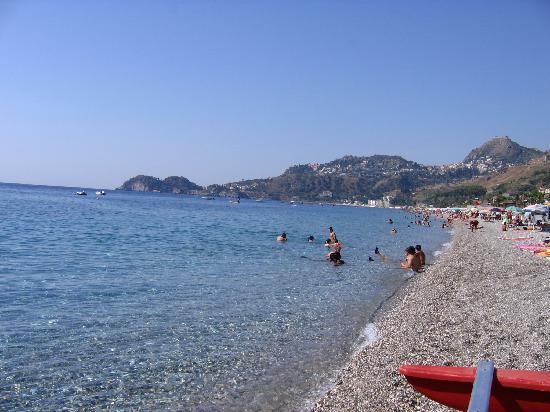 Casa Famiani: Strand von Letojanni
