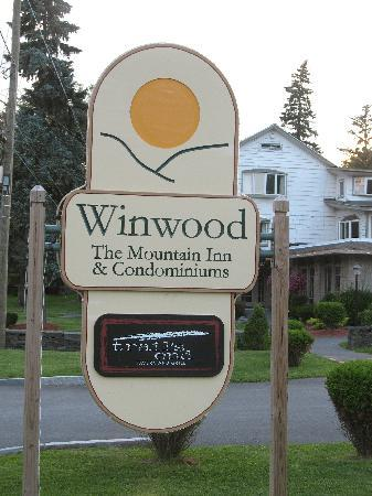Winwood Inn & Condos: road sign