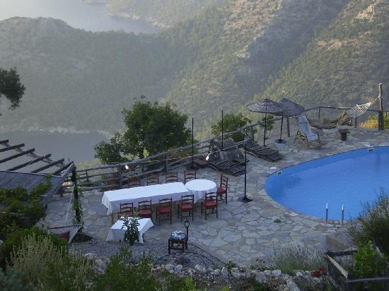 Yediburunlar Lighthouse: Evening meal by the pool